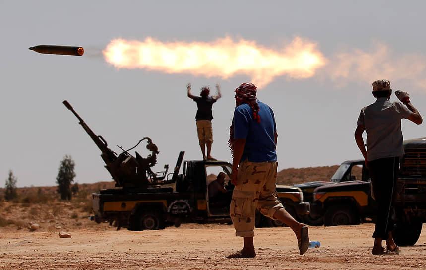 С января 2019 года армия Хафтара проводит широкомасштабную операцию на юго-западе страны, с апреля — наступательную операцию на Триполи. К марту 2021 года силы ЛНА одержали несколько значимых побед, захватив ряд территорий<br> На фото: бои в декабре 2019 года в районе города Сирта, где родился и умер Муаммар Каддафи