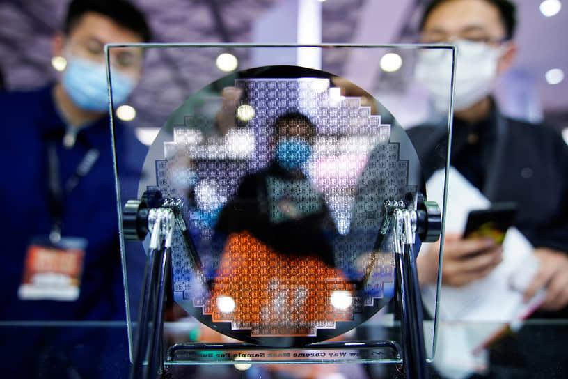 Шанхай, Китай. Полупроводниковое устройство на технологической выставке