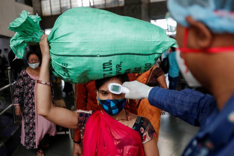 Мумбаи, Индия. Проверка температуры у пассажиров на вокзале