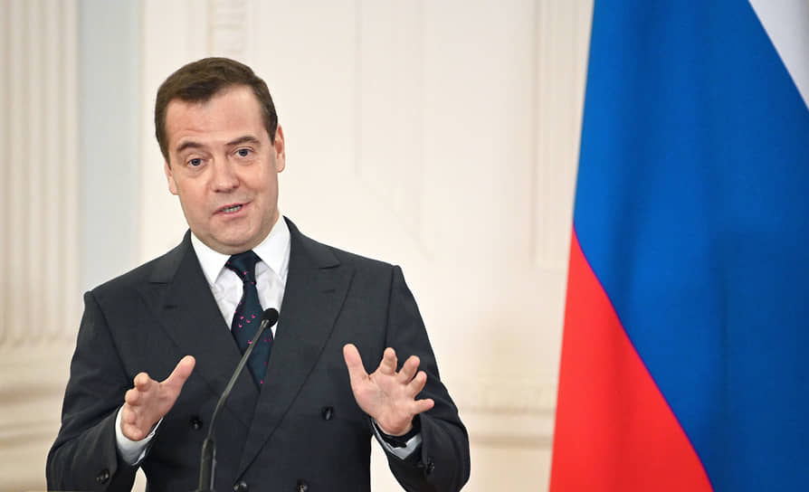 В 2011 году, будучи президентом России, Дмитрий Медведев заявил, что студенты, желающие достойно жить, должны работать, а не рассчитывать только на стипендию. «Я работал дворником в кинотеатре, это единственное, что можно было найти, но за это мне платили 100 или 120 рублей, и вместе с 50 рублями стипендии я был богатый человек — мог водить девушек в кафе регулярно»,— рассказал он