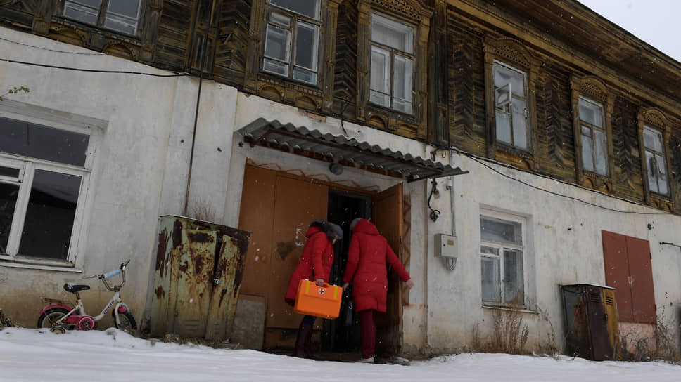 Сотрудники выездной паллиативной помощи у дома больного