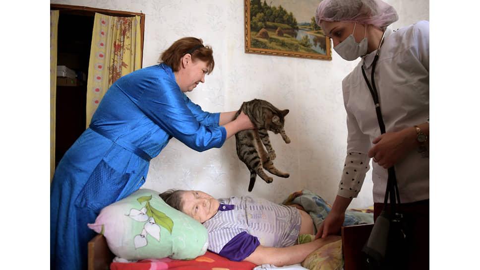 За Раисой Шапугиной ухаживает дочь, но без функциональной кровати качественный уход невозможен