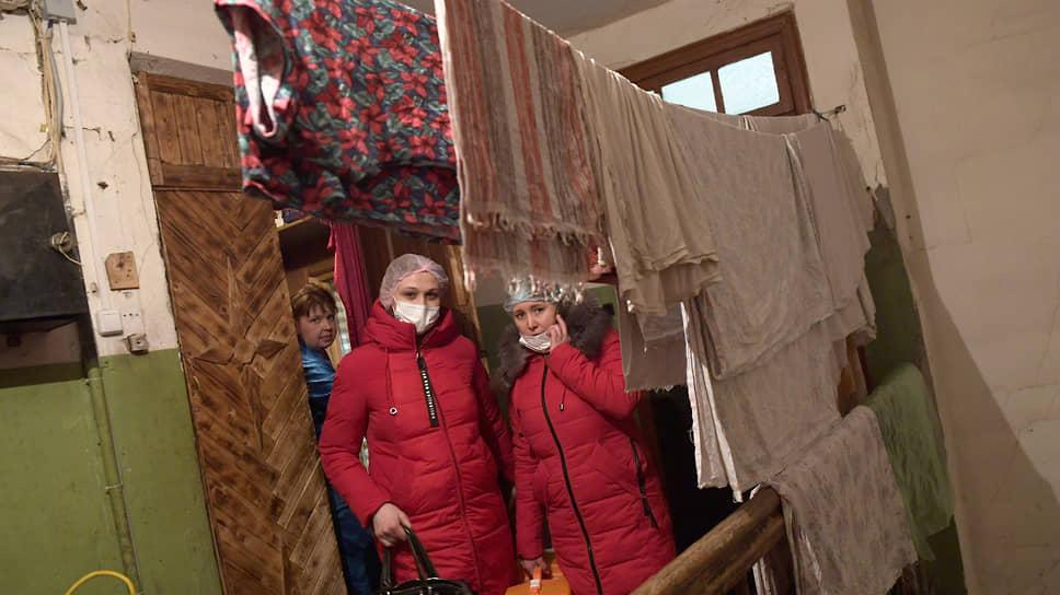 Сотрудники выездной паллиативной помощи у двери больного