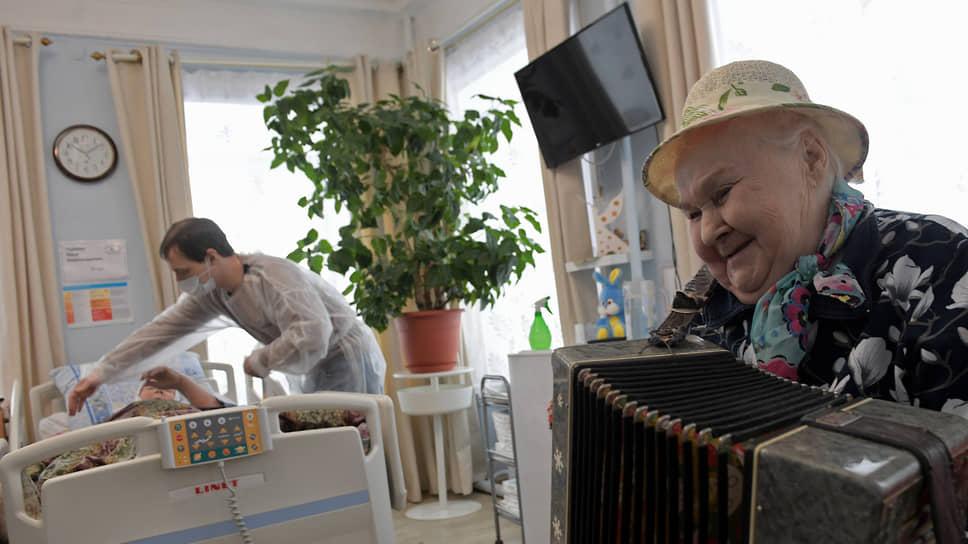 Пациентка Альбина развлекает постояльцев дома милосердия игрой на гармошке