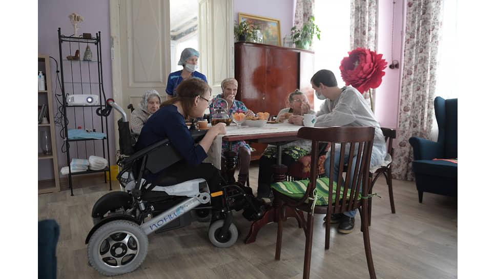 Пациенты дома милосердия в столовой
