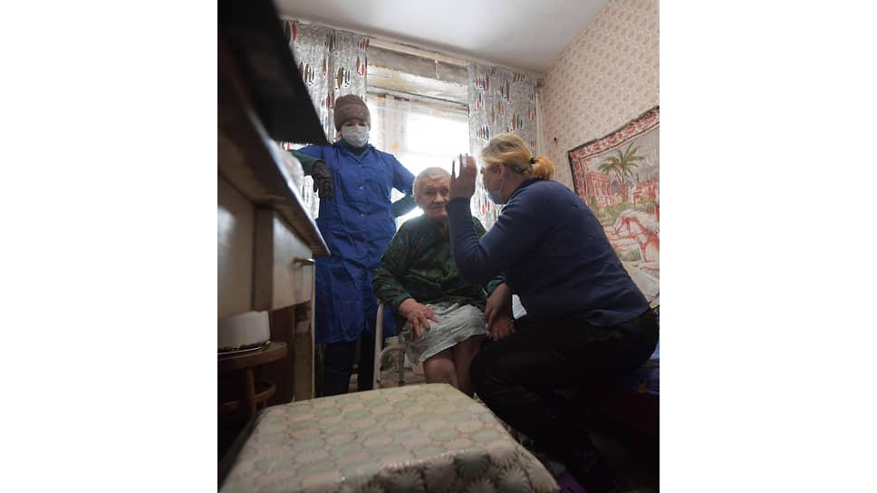 Елена Винер (в центре) и соседка Ольга