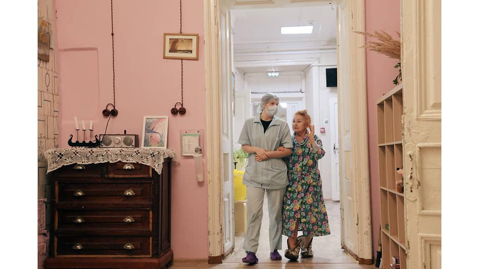 Екатерина Федорова (справа) в доме милосердия Лобова