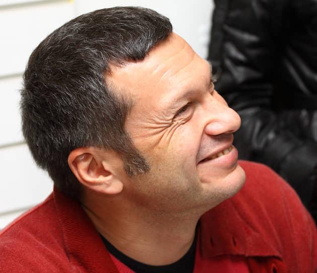 Мать телеведущего Владимир Соловьева Инна Соломоновна, рассказывая о своем сыне в одном из интервью, упомянула, что во время учебы в аспирантуре «Володя работал дворником, научился класть кирпич, шить майки и шапочки»
