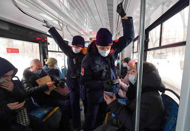 Москва. Контролеры за работой в салоне автобуса