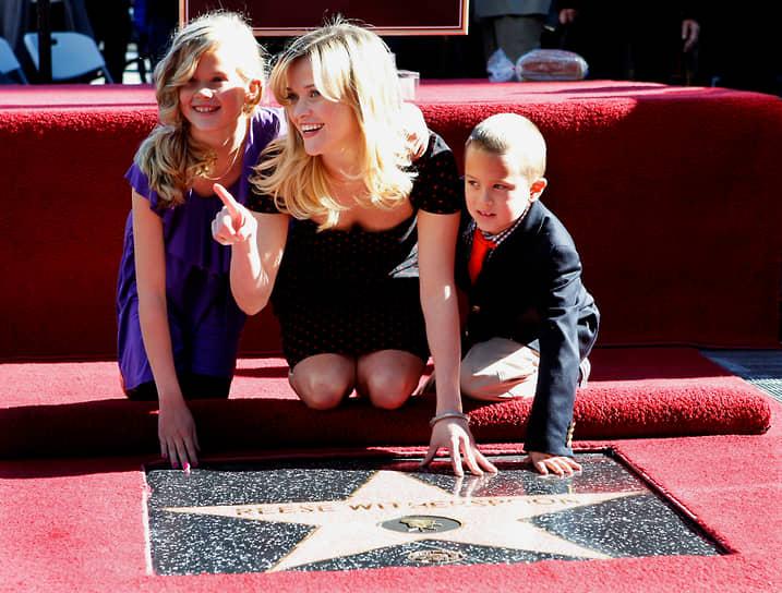 В 2007 году актриса стала лицом косметической компании Avon и почетным председателем благотворительного фонда компании. В том же году Уизерспун была признана самой высокооплачиваемой актрисой в мире (до $20 млн за роль). В 2010 году она была удостоена звезды на Аллее славы в Голливуде