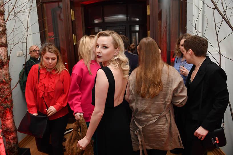 Актриса Ольга Медынич (в центре) на премьере сериала «Вампиры средней полосы»