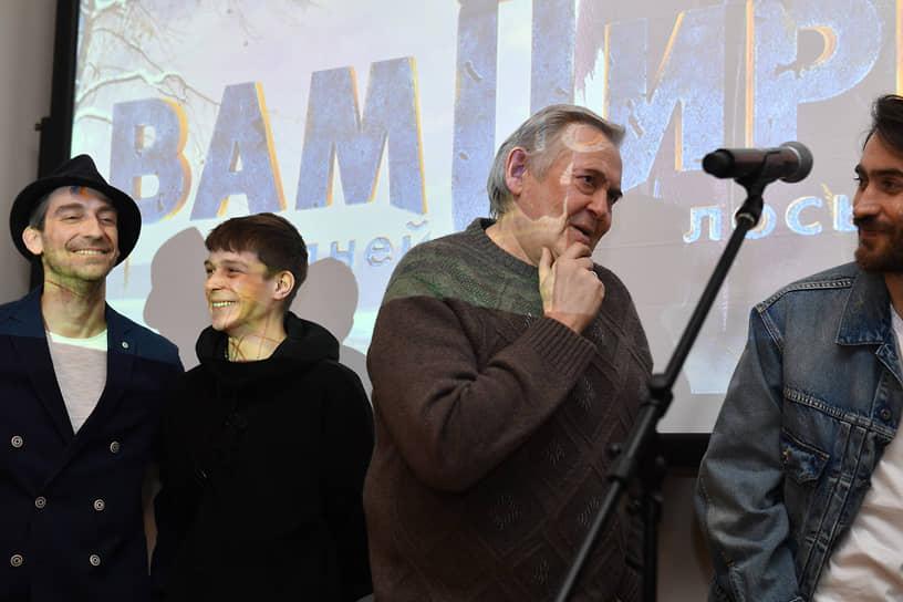 Слева направо: актеры Артем Ткаченко, Глеб Калюжный и Юрий Стоянов на премьере сериала «Вампиры средней полосы»