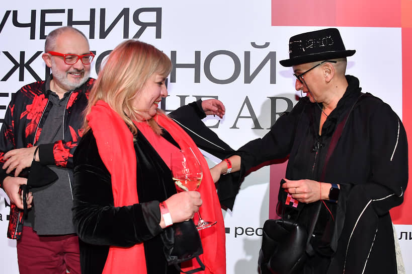 Галерист Марат Гельман (слева) и художник Айдан Салахова на церемонии вручения IX Ежегодной премии The Art Newspaper Russia