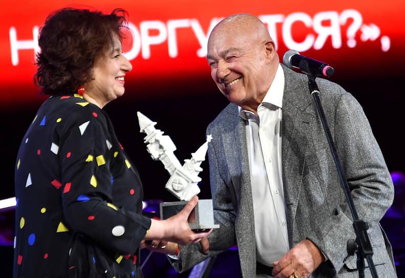 Писательница Наталия Семенова и телеведущий Владимир Познер на церемонии вручения премии The Art Newspaper Russia