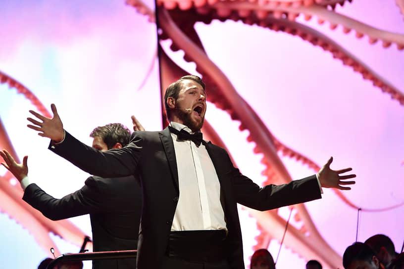 Оперный певец Иван Гынгазов во время выступления на церемонии вручения IX Ежегодной премии The Art Newspaper Russia в Центральном выставочном зале «Манеж»