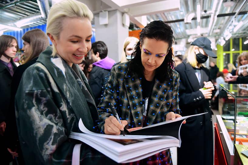Основатель бренда Arctic Explorer Ксения Чилингарова (справа) во время презентации нового независимого издания о фотографии, искусстве и моде BADLON в магазине КМ20