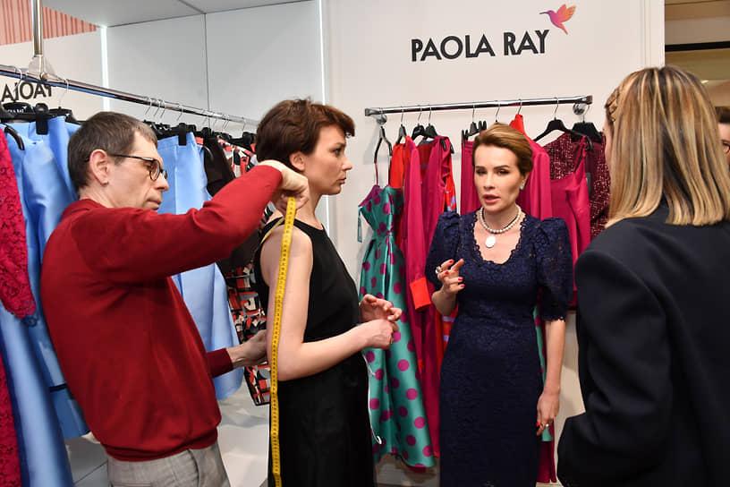 Совладелица танцевального клуба Gala Dance и создатель модного бренда Paola Ray Ольга Панченко (вторая справа) и журналист Евгения Милова (вторая слева) на открытии ателье в шоу-руме Paola Ray
