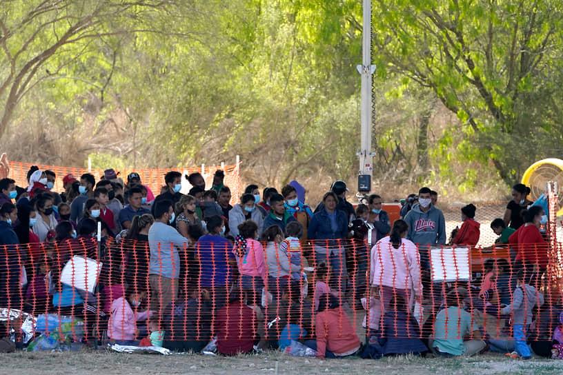По указу господина Байдена, дети-мигранты без сопровождения могут оставаться на территории США. Власти ищут их родственников или спонсоров на территории страны и затем в случае успеха поисков организуют транспортировку к новому месту жительства