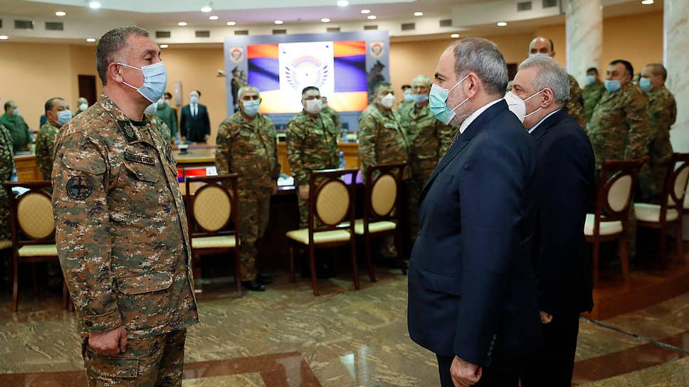 Новый руководитель Генштаба Армении Артак Давтян (слева) и премьер-министр Армении Никол Пашинян