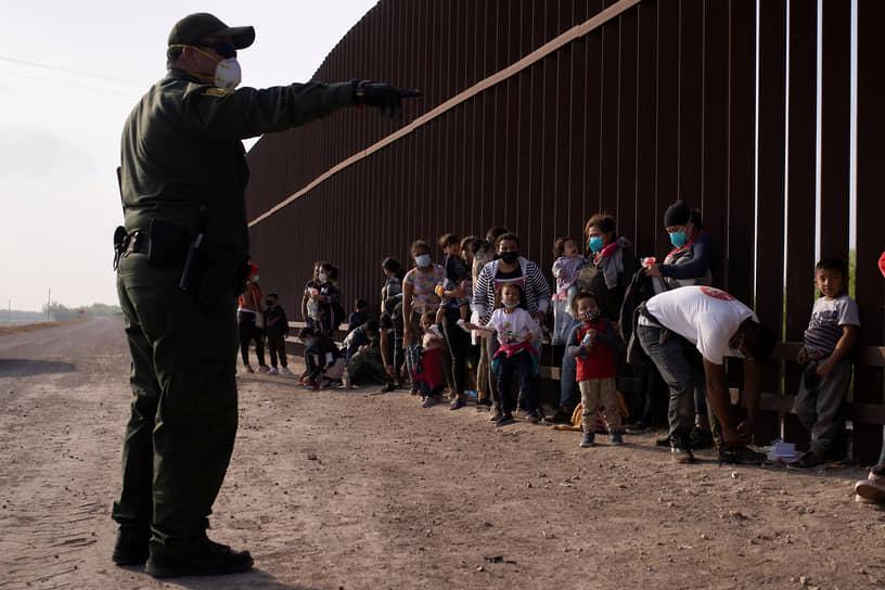 В феврале на границе США с Мексикой были задержаны почти 100 тыс. мигрантов. Это самый высокий месячный показатель с июня 2019 года