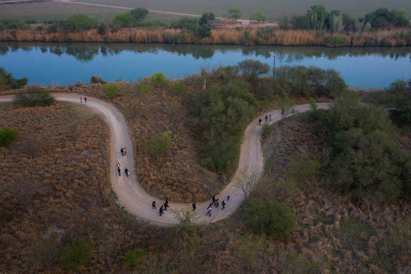 20 марта администрация Джо Байдена выделила $86 млн на гостиничные номера рядом с границей, чтобы разместить около 1200 членов семей мигрантов, пересекающих американо-мексиканскую границу