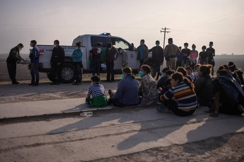 По данным CBS News, общее число детей-мигрантов без сопровождения, находящихся в ведении пограничной службы США, превысило 15 тыс.