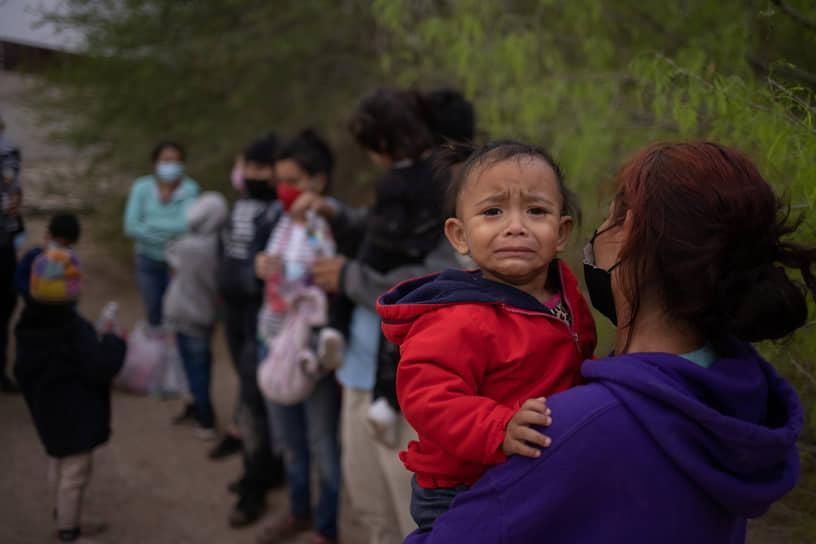 Обитатели этих центров для беженцев жалуются, что их не выпускают на улицу, не дают принимать душ