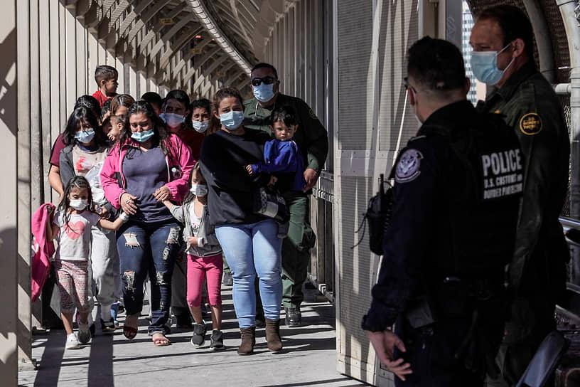 После избрания на пост президента Джо Байден заявил, что новая администрация США с первого дня займется отменой ограничений, введенных Дональдом Трампом в отношении мигрантов на южной границе страны