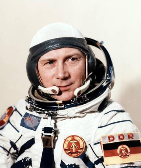 <b>Зигмунд Йен, Германия</b><br> Первый и единственный космонавт ГДР, первый немец в космосе. Совершил полет 26 августа 1978 года на космическом корабле «Союз-31» по программе «Интеркосмос». До 1990 года служил в ВВС ГДР, затем был представителем Европейского космического агентства в российском Центре подготовки космонавтов. Умер 21 сентября 2019 года в возрасте 82 лет