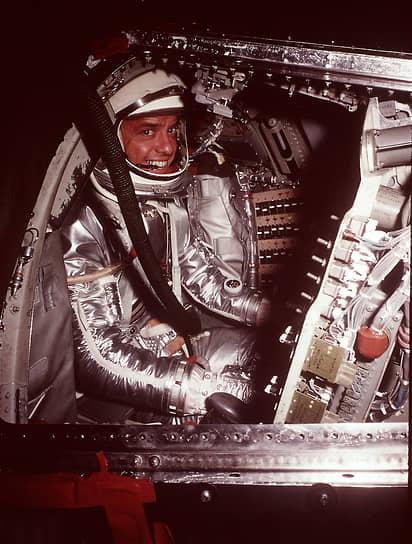 <b>Алан Шепард, США </b><br> 5 мая 1961 года первым из американцев провел 15-ти минутный суборбитальный полет, пилотировал космический корабль Freedom 7. В историю вошли слова Шепарда, сказанные перед стартом: «Боже, пожалуйста, не дай мне облажаться». В 1971 году в качестве командира космического корабля «Аполлон-14» совершил посадку на поверхность Луны, где первым пытался сыграть в гольф. Умер от лейкемии 21 июля 1998 года