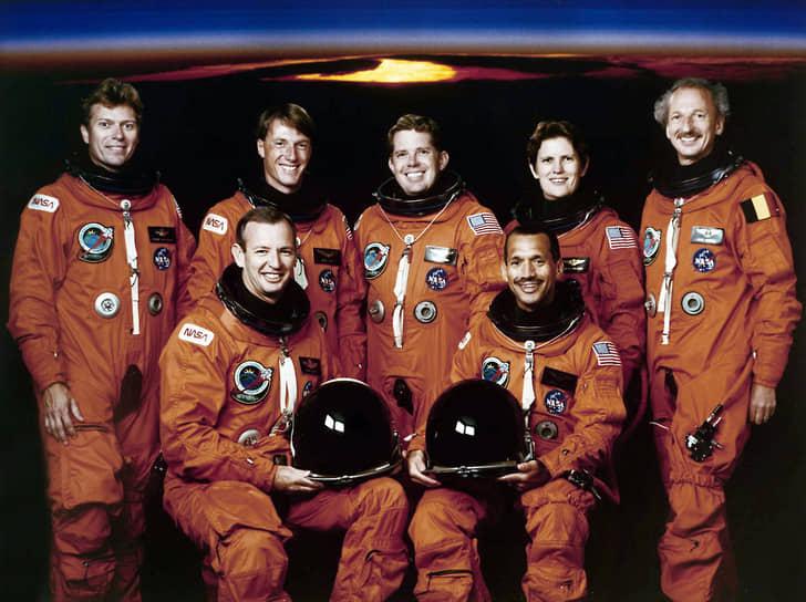 <b>Дирк Фримаут (верхний ряд, справа), Бельгия</b><br> Свой единственный полет в космос совершил 24 марта — 2 апреля 1992 года на борту шаттла «Атлантис» в качестве одного из двух специалистов по полезной нагрузке. Основной задачей полета было проведение научных экспериментов в орбитальном модуле «Спейслэб». После возвращения на Землю получил от короля Бельгии Бодуэна личный титул виконта с возведением в наследственное дворянство. Впоследствии занимался научной деятельностью, является членом Королевской академии наук и искусств Бельгии