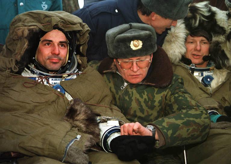 <b>Иван Белла (слева), Словакия</b><br> Совершил полет 20 февраля 1999 года на корабле «Союз ТМ-29». На орбите выполнял эксперименты по определению нейро-эндокринных и других физических функций космонавта при различных видах нагрузки. В 2003 году получил звание полковника, в 2004-м назначен военным атташе при посольстве Словакии в России