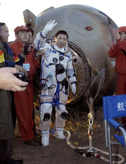 <b>Ян Ливэй, Китай</b><br> Совершил полет на первом пилотируемом космическом корабле КНР «Шэньчжоу-5» 15 ноября 2003 года. До этого только США и СССР (Россия) имели возможность отправлять космонавтов на орбиту. Впоследствии занимал административные должности