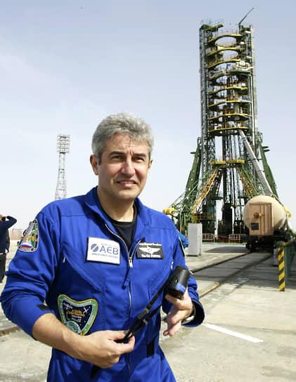 <b>Маркус Понтис, Бразилия</b><br> Первоначально должен был лететь в космос как астронавт НАСА, однако после крушения «Колумбии» его полет был отменен. Совершил полет на российском корабле «Союз ТМА-8» 30 марта 2006 года. Впоследствии занялся политикой. С 2019 года является министром науки, технологии и инноваций Бразилии