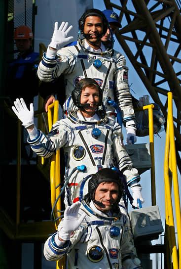 <b>Шейх Шукор (сверху), Малайзия</b><br> Первый и единственный космонавт Малайзии совершил полет 10 октября 2007 года на корабле «Союз ТМА-11». Посадка прошла нештатно: из-за того, что корабль сорвался на траекторию баллистического спуска, недолет до запланированной точки приземления составил 370 км. Сейчас работает врачом-ортопедом и преподает медицину в университете