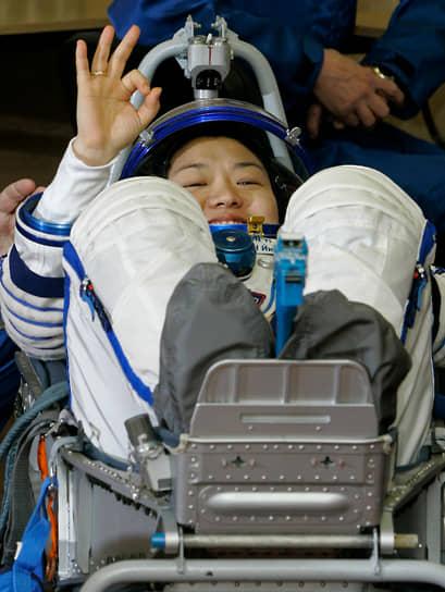 <b>Ли Со Ен, Южная Корея</b><br> Совершила полет 8 апреля 2008 года на корабле «Союз ТМА-12», во время миссии провела 18 научных экспериментов для Корейского института аэрокосмических разработок. Посадка прошла внештатно: кореянка была временно госпитализирована. Впоследствии переехала в США, чтобы учиться на бизнес-менеджера
