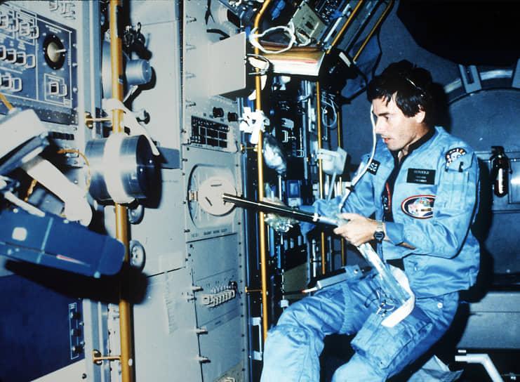 <b>Ульф Мербольд, ФРГ</b><br> Первый космонавт ФРГ и Европейского космического агентства. Также первый неамериканец, совершивший полет на американском космическом корабле. Впоследствии слетал в космос еще два раза: 22 января 1992 года и 3 октября 1994 года. Суммарная продолжительность трех космических полетов составила 49 суток. В межполетное время и после стартов работал в Европейском центре космических исследований и технологий