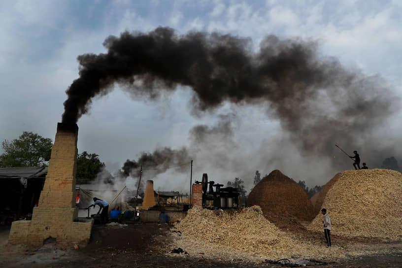 Барели, Индия. Рабочие во время производства сахара