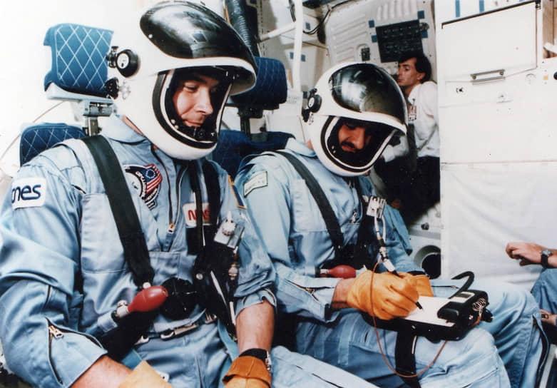 <b>Султан Аль Сауд, Саудовская Аравия (справа)</b><br> Саудовский королевский принц 17 июня 1985 года первым из представителей арабского мира побывал в космосе. Полет совершил на американском космическом корабле «Дискавери». Позже принимал участие в войне в Персидском заливе. Полковник ВВС Саудовской Аравии в отставке. В 2018 году назначен руководителем Космического агентства страны