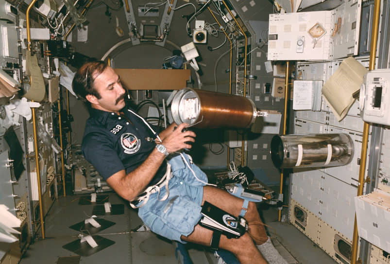 <b>Вюббо Оккелс, Нидерланды</b><br> Физик по специальности, совершил полет 30 октября 1985 года в качестве астронавта Европейского космического агентства на борту шаттла «Челленджер». Во время полета провел свыше 70 экспериментов по материаловедению, биологии, навигации. В дальнейшем продолжил работу в космическом агентстве, участвовал в разработке модуля для МКС. Позже перешел на работу в Делфтский технический университет, занимался вопросами использования альтернативных источников энергии. Скончался 18 мая 2014 года
