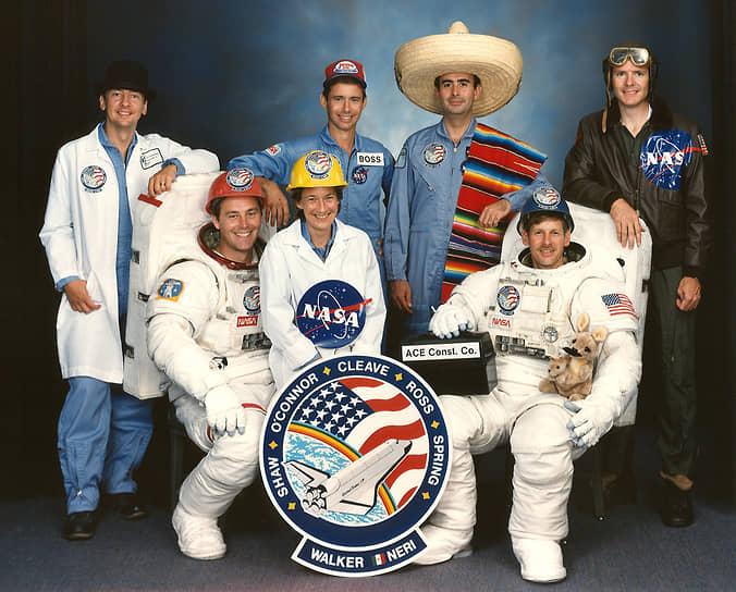 <b>Родольфо Нери (в сомбреро), Мексика</b><br> Первый и единственный мексиканец, побывавший в космосе. Совершил полет 26 ноября 1985 года на шаттле «Атлантис». Профессор, автор десятка книг и статей на космическую тематику, принимал участие в проектировании Международной космической станции