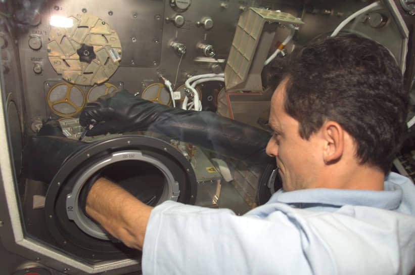 <b>Педро Дуке, Испания</b><br> Совершил первый полет 29 октября 1998 года на борту шаттла «Дискавери», слетал в космос еще один раз 18 октября 2003 года. Впоследствии занялся политикой, с 2018 года является министром науки, инноваций и высшего образования Испании