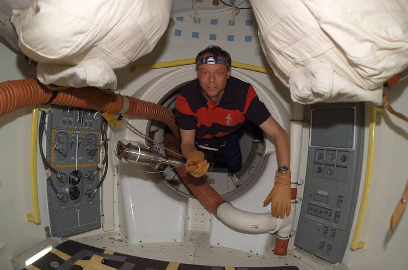 <b> Арне Кристер Фуглесанг, Швеция</b><br> Первый скандинавский астронавт и первый швед, побывавший в космосе. Совершил полет 10 декабря 2006 года на шаттле «Дискавери». Основной задачей была доставка на МКС и монтаж дополнительных панелей. Во время второго полета в 2009 году дважды выходил в открытый космос