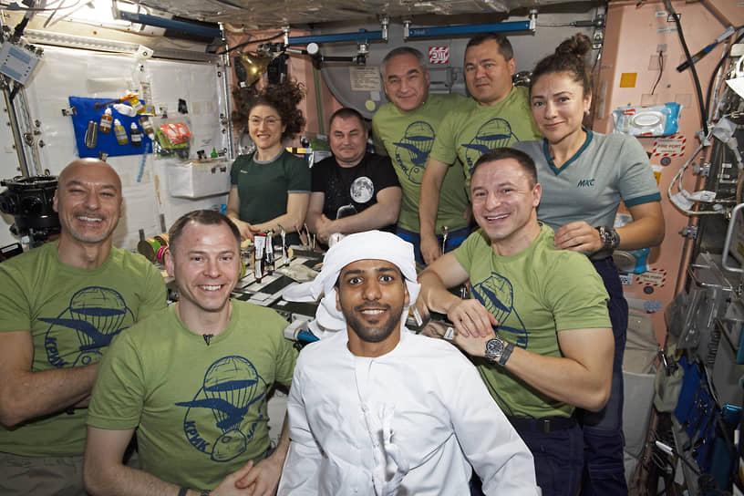 <b>Хаззаа Аль Мансури (в центре), ОАЭ</b><br> Прошел подготовку в Центре подготовки космонавтов имени Юрия Гагарина в Звездном городке. Совершил полет 25 сентября 2019 года на борту корабля «Союз МС-15». Служит в ВВС ОАЭ