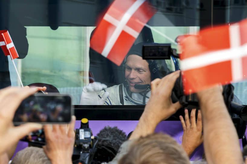 <b>Андреас Могенсен, Дания</b><br> Совершил полет 2 сентября 2015 года на корабле «Союз ТМА-18М». Миссия заключалась в проведении ряда биологических и технологических экспериментов, в том числе испытание нового мобильного аппарата связи, датчиков и сенсоров для мониторинга основных жизненных функций человека. Также на борту МКС удаленно управлял роботом-вездеходом на Земле. Ведет блог о космических исследованиях, рассказывает о жизни на орбите в научном онлайн-издании Videnskab.dk