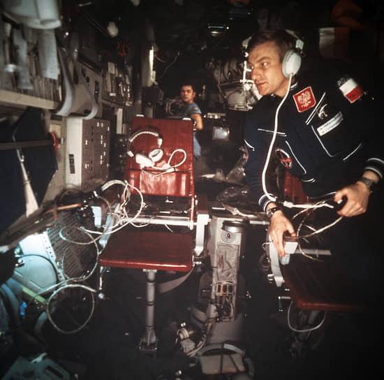 <b>Мирослав Гермашевский, Польша</b><br> Первый и единственный польский космонавт, совершил полет  27 июня 1978 года на космическом корабле «Союз-30». Позже окончил Академию Генштаба в Москве, являлся заместителем командующего ВВС и ПВО Польши. После отставки в 2000 году был депутатом парламента страны