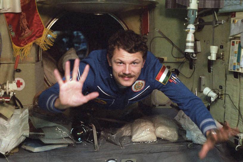 <b>Берталан Фаркаш, Венгрия</b><br> Совершил полет 26 мая 1980 года на космическом корабле «Союз-36». Во время приземления произошел отказ двигателей мягкой посадки, космонавты отделались легкими ушибами. Имеет звание Героя Советского Союза. Впоследствии занимался политикой, был членом консервативной партии Венгерский демократический форум