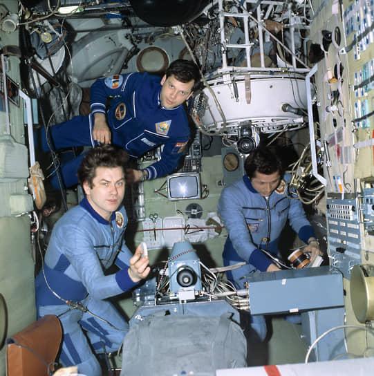 <b>Думитру Прунариу (сверху), Румыния</b><br> Первый и единственный румынский космонавт совершил полет 14 мая 1981 года на советском корабле «Союз-40». После возвращения занимался политикой, занимал различные должности в ООН. Был послом от Румынии в России в 2004—2005 годах. Автор нескольких книг о космических технологиях и полетах в космос
