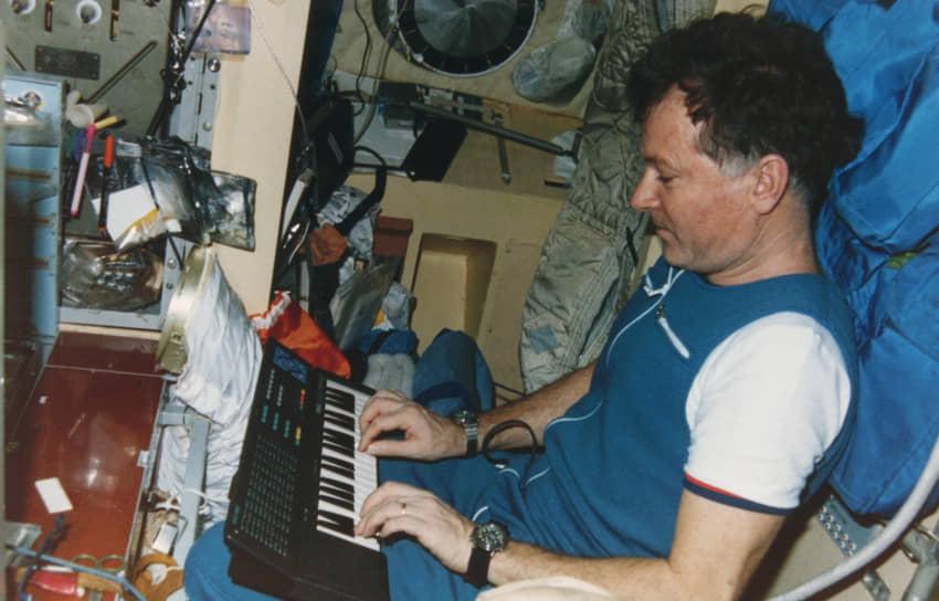 <b>Жан-Лу Жак Мари Кретьен, Франция</b><br> Совершил первый полет 24 июня 1982 года на советском космическом корабле «Союз Т-6». Впоследствии побывал в космосе еще дважды: в 1988 и 1997 годах. Работал в НАСА, а также в компании по разработке программного обеспечения Tietronix Software
