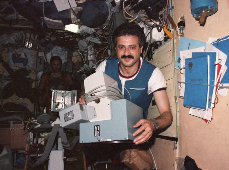 <b>Мухаммед Фарис, Сирия</b><br> Первый и единственный космонавт из Сирии. Совершил полет 22 июля 1987 года на корабле «Союз ТМ-3». Во время пребывания на станции «Мир» выполнял эксперименты по космической медицине и материаловедению, проводил съемку Сирии из космоса. Впоследствии служил в ВВС страны. После начала гражданской войны в Сирии 2012 года уехал в Турцию, где получил гражданство